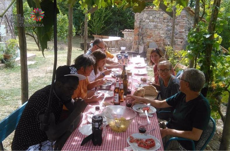 Alhagi a tavola con un gruppo di amici