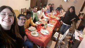 Razak a tavola con al sua nuova famiglia